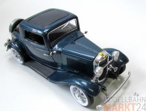 Road Signature 1932 Ford Model A 3-Window Coup� in blaumetallic im Ma�stab 1:18 defekt